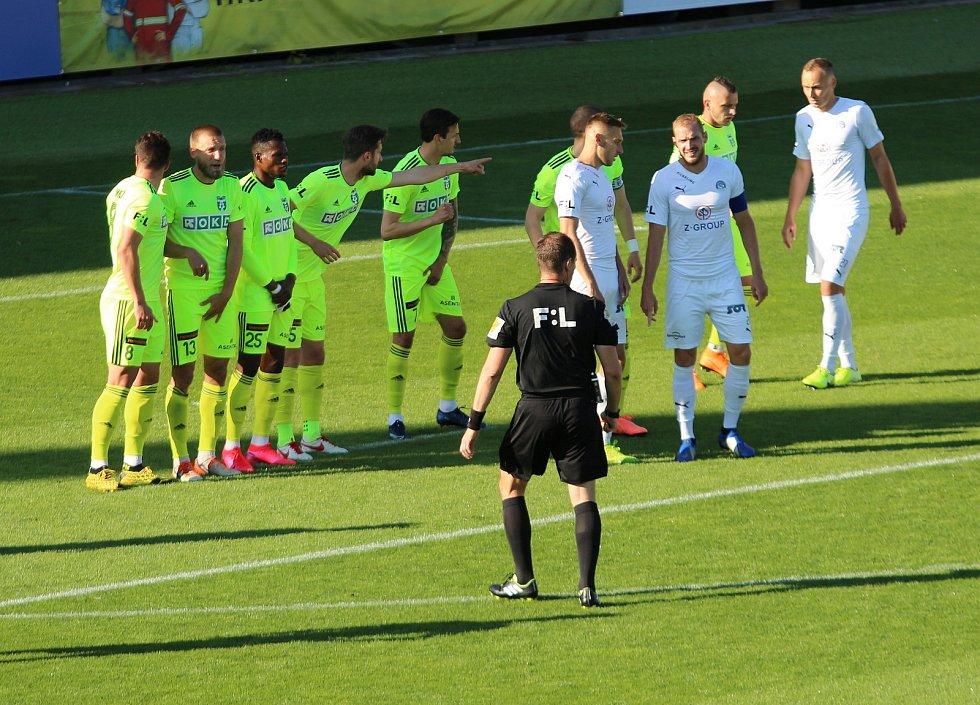 Fotbalisté Slovácka (v bílých dresech) ve 27. kole FORTUNA:LIGY hostili Karvinou. Utkání se zase hrálo téměř bez diváků.