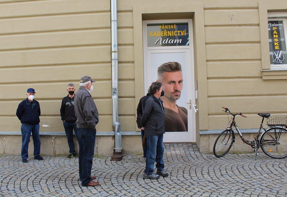 Bezmála půl roku byla v naší zemi kvůli koronavirovým omezením zavřená kadeřnictví. Také v Uherském Hradišti je otevřeli v pondělí 3. května. Pánské kadeřnictví Adam.