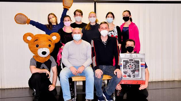 Realizační tým pořadu Svět hraček. Režisér David Vacke v první řadě druhý zprava.