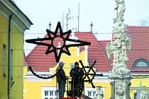 Pracovníci HRATESu instalovali výzdobu v centru města o víkendu.