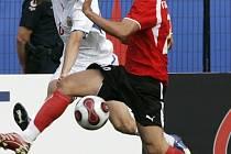 Český obránce Ondřej  Kúdela (v bílém) centruje přes rakouského zadáka Siegfrieda Rasswaldera  v semifinále mistrovství světa do dvaceti let.