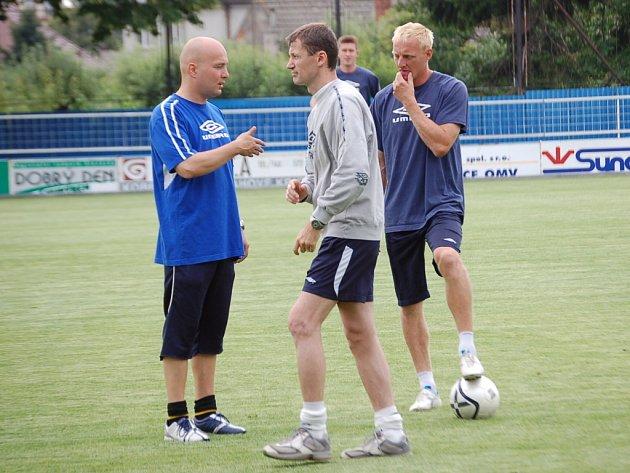 Teď bude Jan Palinek (uprostřed) v roli trenéra juniorky Slovácka předávat zkušenosti mladým. Spolupracovat při tom bude s koučem A–týmu Pavlem Malurou (vlevo).