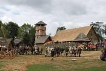 NA ŽIVOT A NA SMRT. Tak budou bojovat mezi sebou vojáci při bitvě o hradiště i při bojových ukázkách.