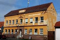 Základní škola v Huštěnovicích před opravou fasády.