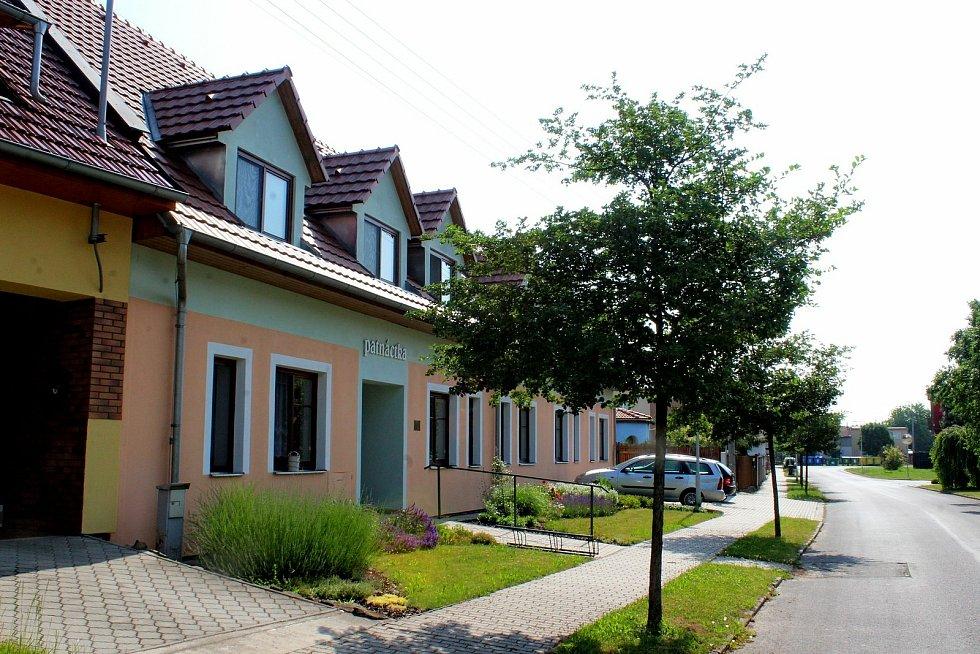 Prohlídka obce Babice. Patnáctka – Dům supravenými chráněnými byty.