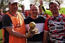 Kapitánovi Břestu Tomáši Daňkovi (vpravo) gratulovali kamarádi Jan Černoch a Lukáš Šoustek.