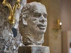 Výtvarník Lubomír Janečka se silným vztahem k Uherskému Brodu, žijící s rodinou dlouhá léta v USA v Pensylvánii nedaleko New Yorku, je autorem bronzové busty bývalého prezidenta ČR Václava Havla.