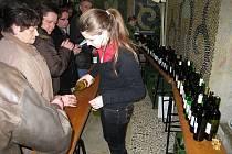 Den vína a recesistická literární konference na téma Víno a deficit se v sobotu 27. února uskutečnili v Buchlovicích. Koštovalo se přes 500 vzorků vín, hrála cimbálová muzika Rubáš.