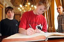 Děti se na radnici i podepsaly do kroniky.