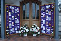 Dušičkový čas a výzdoba hrobů na hřbitově v Dolním Němčí o posledním říjnovém dnu roku 2020. Tabule s fotkami lidí zemřelých v uplynulých dvanácti měsících jsou vystaveny u tamní kaple Panny Marie.