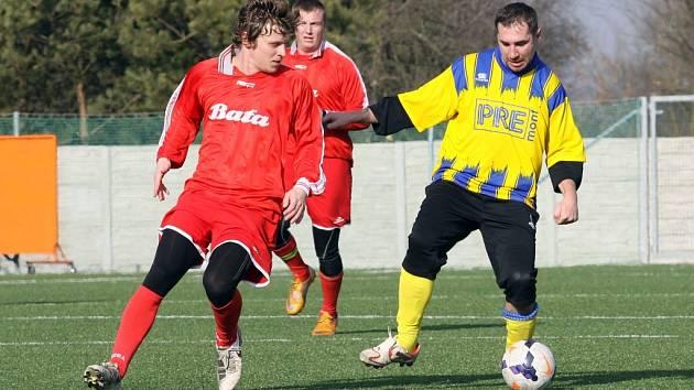 V duelu mezi fotbalisty Strání (u míče) a Dolního Němčí byli úspěšnější druzí jmenovaní, kteří zvítězili 3:1 a díky lepšímu skóre se usadili na první příčce tabulky.