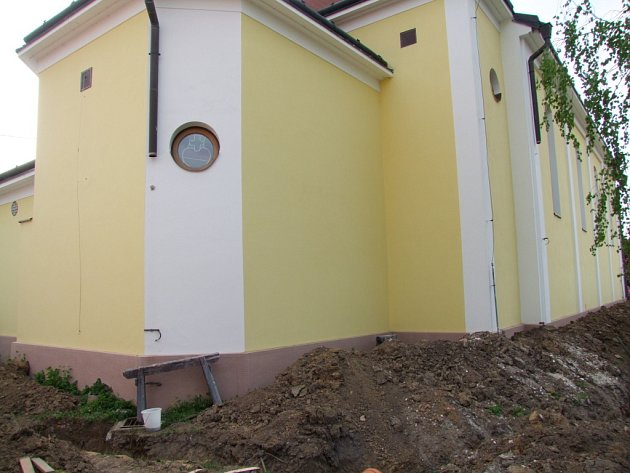 Kostel v Topolné zůstal po nájezdu zlodějů bez měděných svodů .
