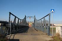 Bez povolení obecního úřadu je vozidlům na kostelanský most vjezd zakázán.