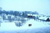 Více než dvacet centimetrů sněhu napadlo v podhůří Bílých Karpat od čtvrtečního večera do pátečního rána 8. ledna. I když se teploty pohybovaly po celý pátek kolem bodu mrazu, stále se z oblohy sypal těžký mokrý sníh.