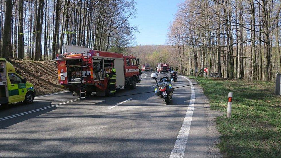 Nehoda na I/50 v Chřibech. Po nárazu do stromu začalo auto hořet. Řidička i pasažéři skončili v nemocnici.