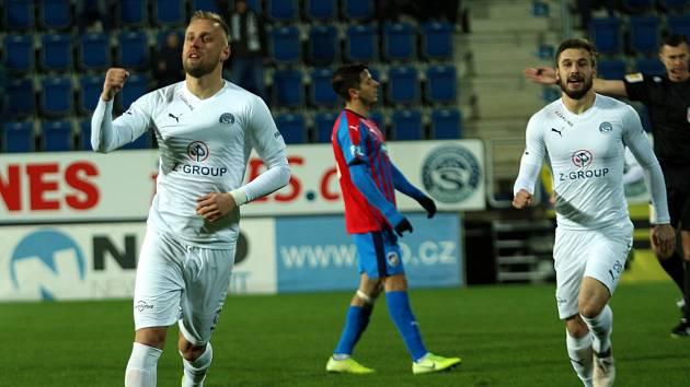 Fotbalisté Slovácka (v bílých dresech) porazili v posledním letošním domácím zápase Viktorii Plzeň.