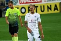 Fotbalisté Slovácka (v bílých dresech) ve 3. kole MOL Cupu přehráli druholigový Prostějov. Na snímku je Jan Kliment.