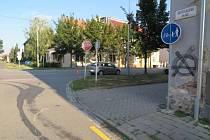 Na této křižovatce na ulici Rostislavova se ve čtvrtek 2. srpna střetl cyklista z řidičkou fiatu. Policie hledá svědky pro objasnění nehody.