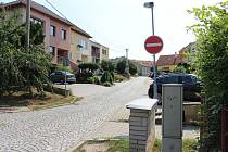 Tato značka zákaz vjezdu v budoucnosti zmizí a bude přesunuta na druhou stranu části ulice Družstevni.