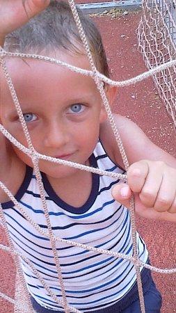 FILIP. Malý sportovec se chytil do sítě.
