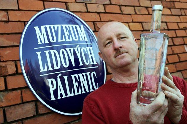Ukládání slivovice šampión Slovácka v muzeu lidových pálenic ve Vlčnově. Na snímku šampion Josef Niesner ze Salaše