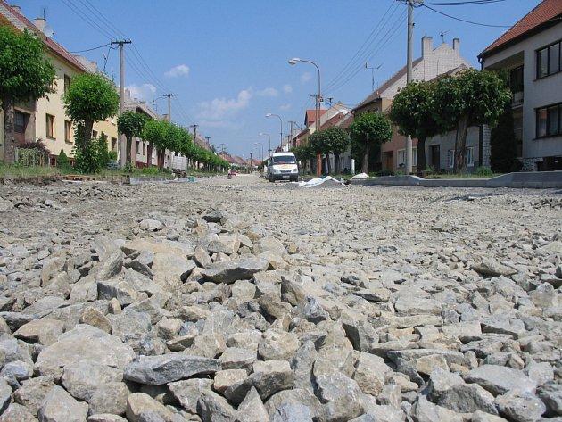 Rekonstrukce průtahu silnice II. třídy v Dolním Němčí je v plném proudu.