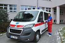 Dvě nová sanitní vozidla rozšířila vozový park Uherskohradišťské nemocnice na celkových 24 vozů.