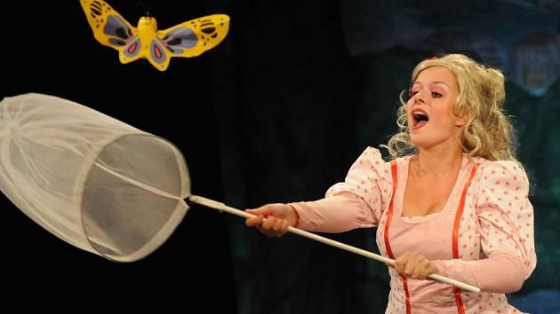 Andrea Nakládalová v roli Květušky v komedii Adéla ještě nevečeřela.