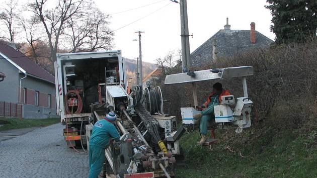 Bezvýkopovou technologii využívají vodaři při budování vodovodu v Jankovicích.