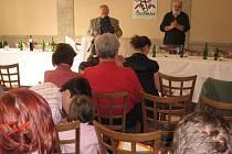 Účastníci recesistické konferenci v Buchlovicích pozorně naslouchali příspěvkům.