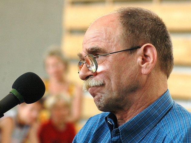 Skladatel a zpěvák Jaroslav Uhlíř zpíval a hrál v ostrožské základní škole.