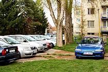 Zaparkovat před panelovými domy na kunovickém sídlišti V Humnech je často nelehký úkol.
