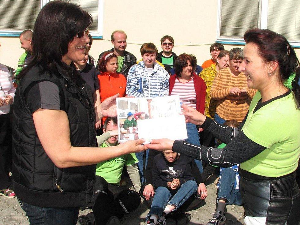 Helena Peňasová (vpravo) předala pracovnici domova Pavlíně Vavřiníkové finanční dar od motorkářů.