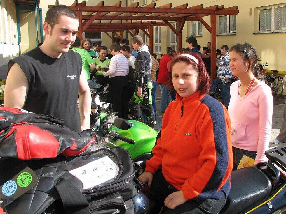 Handicapovaní klienti byli spokojeni, když se mohli na stroje Kawasaki posadit.