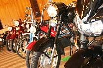 Výstava motorek.