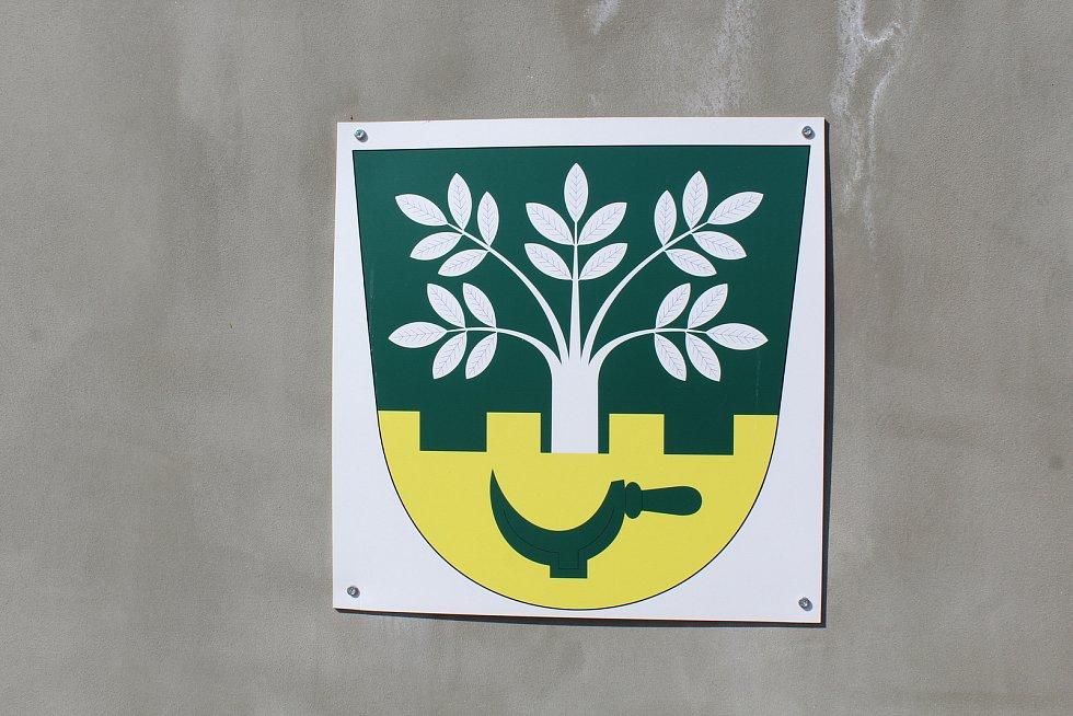 Prohlídka obce Ořechov. Obecní znak.