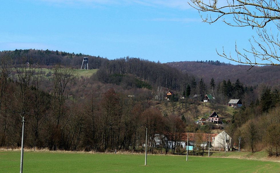 Vstupní brána do Chřibů je vesnička Salaš. Chatová oblast a rozhledna.