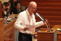 Senátor za Uherskohradišťsko Ivo Valenta obhajoval v Senátu novelu autorského zákona symbolicky ve vyšívané košili od slováckého kroje.