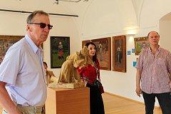 Quido Klestila a jeho přátele provázel Galerií Joži Uprky Petr Vašát.