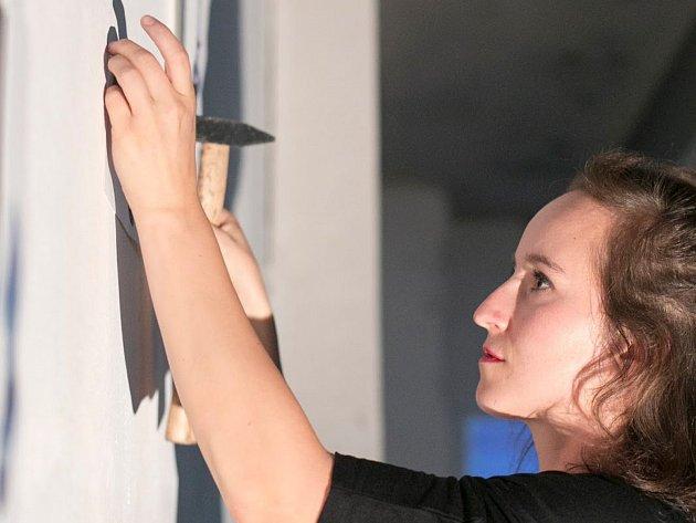 Malířka Karolína Rossí při instalaci svých děl.