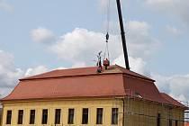 Střecha velehradské mateřské školy byla ve špatném stavu, vedení obce ji nechalo za milion a 300 tisíc korun opravit.