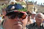 Stop česneku z Číny vyjádřil i nejeden muž s kořenovou zelinou na čepici nebo klobouku.