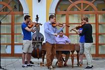 Cimbálová muzika Harafica doprovodila folklorní tančírnu A33+.