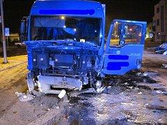 Srážka Opelu s nákladním autem u hlavní křižovatky v Kunovicích stála život řidiče opelu.