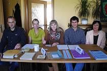 Pětičlenná volební komise v Hostějově 25. října. Předsedou je Michal Jurenka (zcela vlevo).