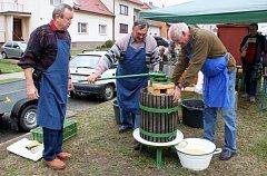 Před huštěnovickým muzeem se vsobotu odpoledne uskutečnil šestý ročník Moštování ovoce.