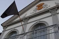 Bílovice smutní, černý prapor vlaje na budově tamního zámku, kde sídlí obecní úřad.