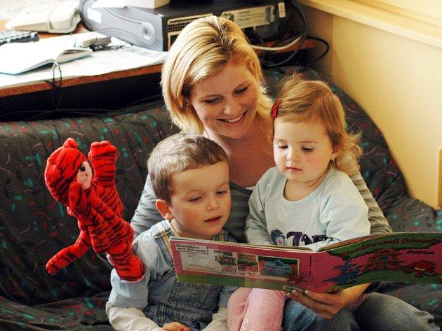 Předškolní děti v kurzech Miroslavy Polákové používají obrázkové učebnice,