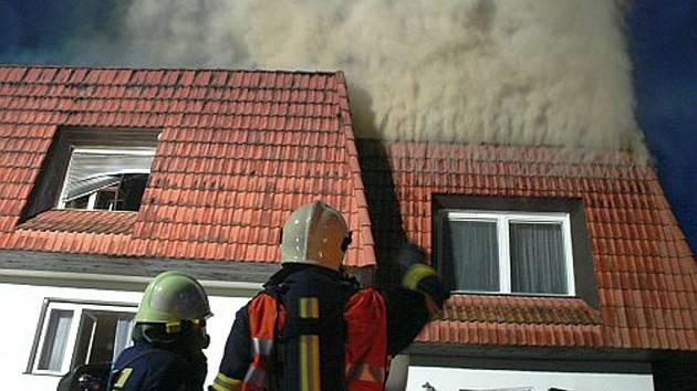 Požár zasáhl hlavně střechu a její dřevěné konstrukce.