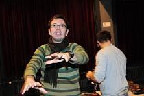 Herci Slováckého divadla zkouší pod vedením režiséra Roberta Bellana novou komedii Tenor na roztrhání.